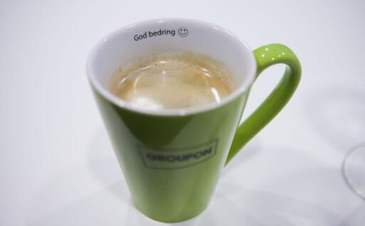 """IRONISK: """"God bedring"""" står det på kaffekoppene til Groupon. Det skal være en intern spøk myntet på personene som drikker av koppen, men er i disse dager en hilsen Groupon kanskje kan trenge selv.  Foto: Per Ervland"""