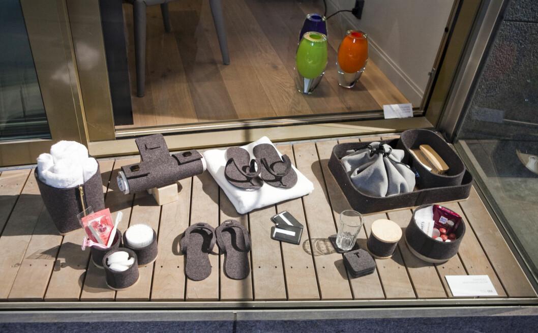 Den unge designeren Runa Klock har fått i oppdrag å designe ulike artikler til rommene; slippers, kurver, håndkleholdere, brett, et cetera, og det meste er gjort i tovet ull.  Foto: Per Ervland