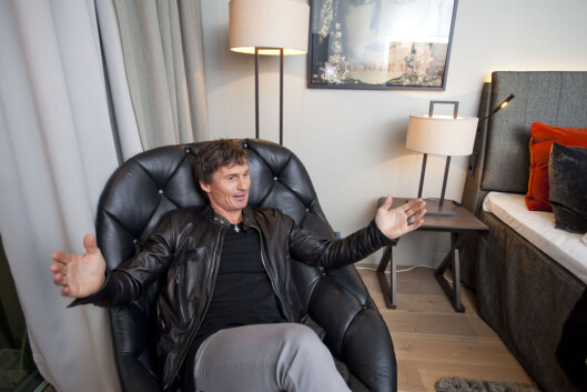 - Denne stolen også ... den er overlegen kul, sier Stordalen entusiastisk til DinSide.  Foto: Per Ervland