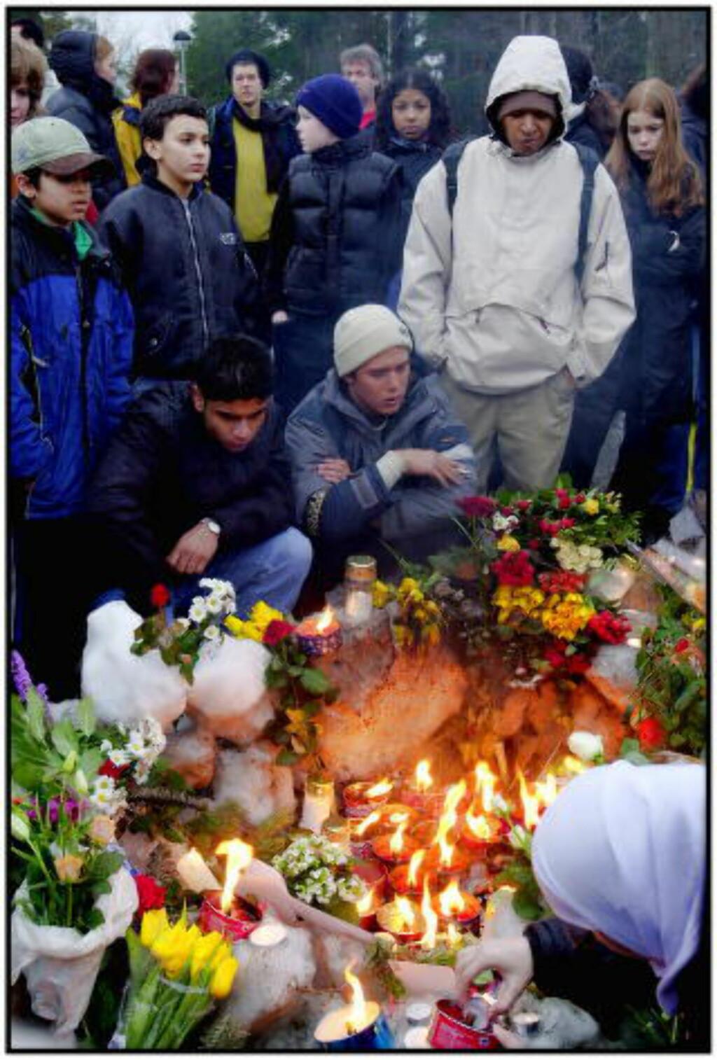 SJOKKET:  Det aller verste sjedde da  Benjamin Hermansen (15) ble stukket ned og drept av nynazister på Holmlia 26. januar 2001. Venner og naboer av Benjamin samlet seg på åstedet og tente lys.