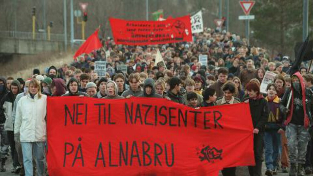 REAKSJON:  400 antirasister marsjertemot nynazistenes lokaler på Alnabru.  Foto: Bjørn Sigurdsøn/ NTB