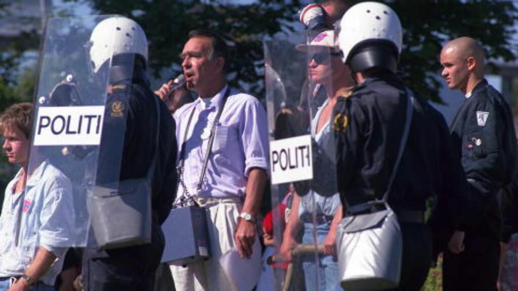 SLAGET I BRUMUNDDAL:  Arne Myrdal  fikk holde tale i Brumunddal, med politibeskyttelse for rasende antirasister.  Foto Jan Petter Dahl/ Dagbladet