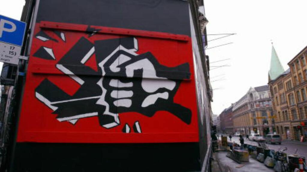 UTSATT HUS: Blitz-kvartalet i Oslo sentrum ble angrepet og levde med rivningstrusler. Graffiti-maleri som viser hånd som knuser hakekors. Foto:  Knut Falch / SCANPIX