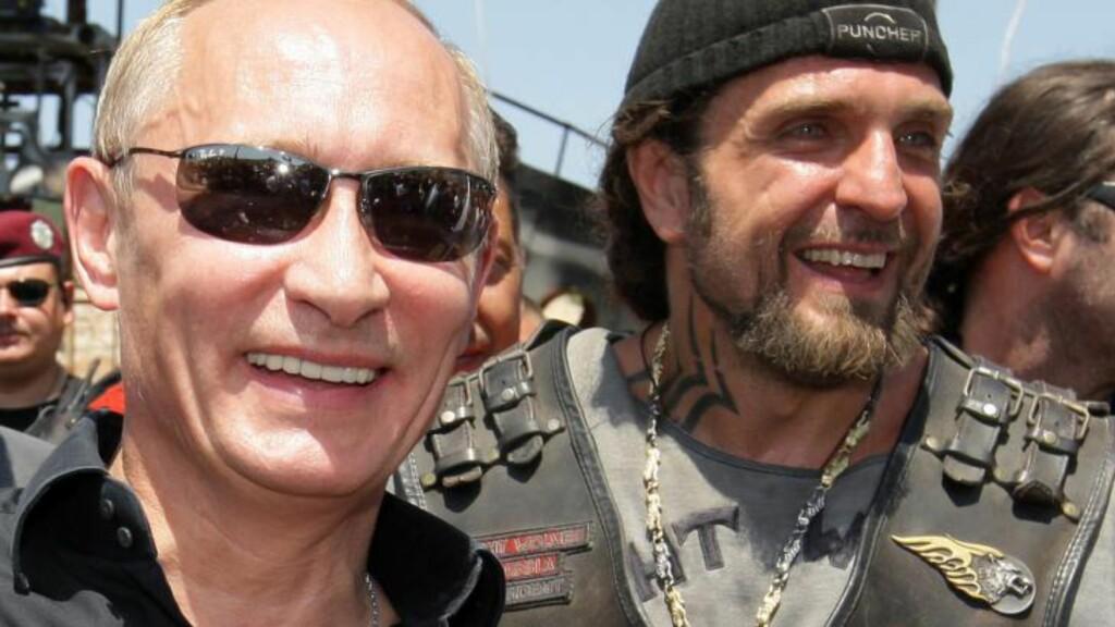 MC-VENN: Sjefen for motorsykkelklubben Nattulvene, Aleksandr Zaldostanov og Vldadimir Putin. Foto RIA NOVOSTI / POOL / ALEXEY DRUZHININ /AFP.
