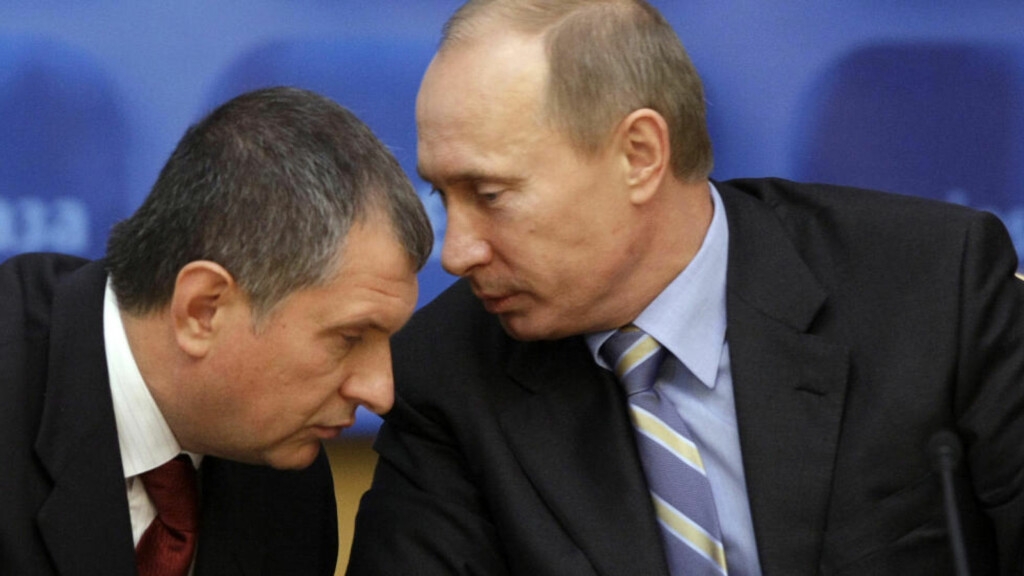 ET HODE LAVERE: Vladimir Putin og Igor Sechin. Sechin rammes av EUs sanksjoner hvis de settes i verk. (AP Photo/ Ivan Sekretarev) Scanpix
