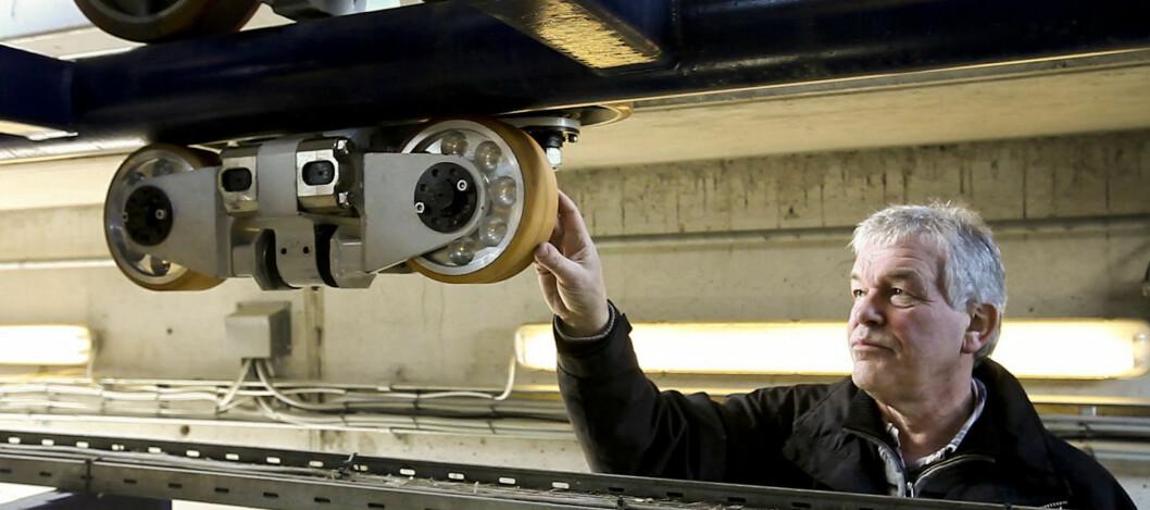 <strong><b>KONTROLL AV BERG- OG DALBANEN:</strong></b> Per Ole Bjørklund ved Statens jernbanetilsyn kontrollerer togsettet til SpeedMonster på Tusenfryd. Foto: Per Ervland