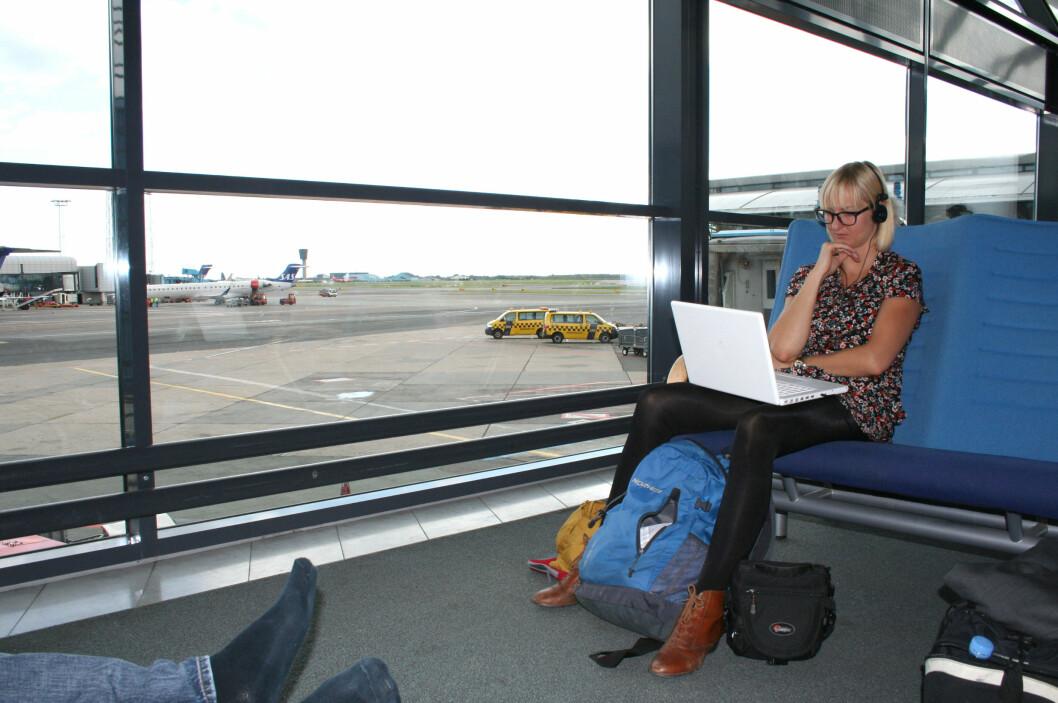 Kjedelig å vente på flyplassen? Da kan det være greit med en sitteplass og en laptop. Foto: Silje Ulveseth