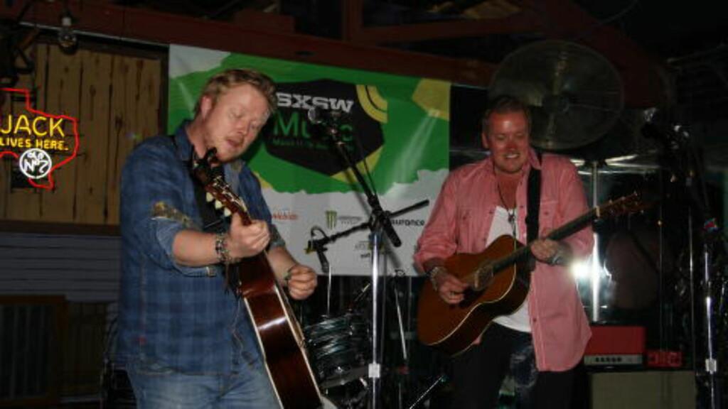 GITARKAMERAT: Kurt Nilsen hadde med seg gitaristen Tommy Kristiansen til USA. Her fra Rowdys Saloon i Austin under South By Southwest. To akustiske gitarer, to stemmer. Foto: Øyvind Rønning / Dagbladet