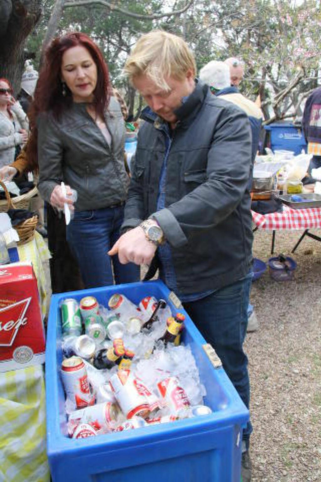 FORLANGTE AUTOGRAF: Kurt Nilsen får øltips fra Sharon Bonnier fra Austin. Publikum tar med eget øl, som legges på is. Det blir alltid tomt. Etter konserten forlangte hun autograf. Foto: Øyvind Rønning / Dagbladet