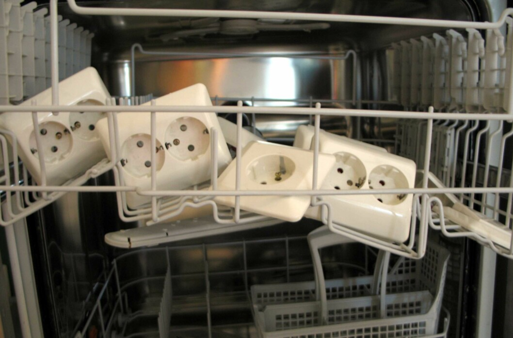 <b>Neinei!</b> Du kan putte mye i oppvaskmaskinen, men akkurat stikkontakter bør du holde langt unna.  Foto: Kristin Sørdal