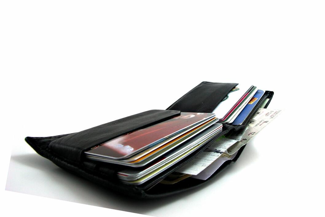 <strong>KORTBRUKEN:</strong> Nordmenn drar kortet stadig oftere, samtidig som svindelen går ned. Foto: Colourbox.com