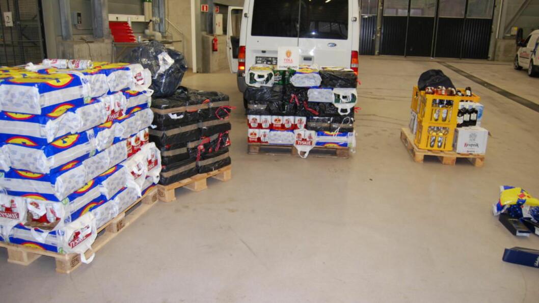 <strong>GODT LASTET:</strong> Tollvesenet fant 53,5 liter brennevin, 1566 liter øl og 16 000 stk sigaretter i bilen. Foto: Tollvesenet
