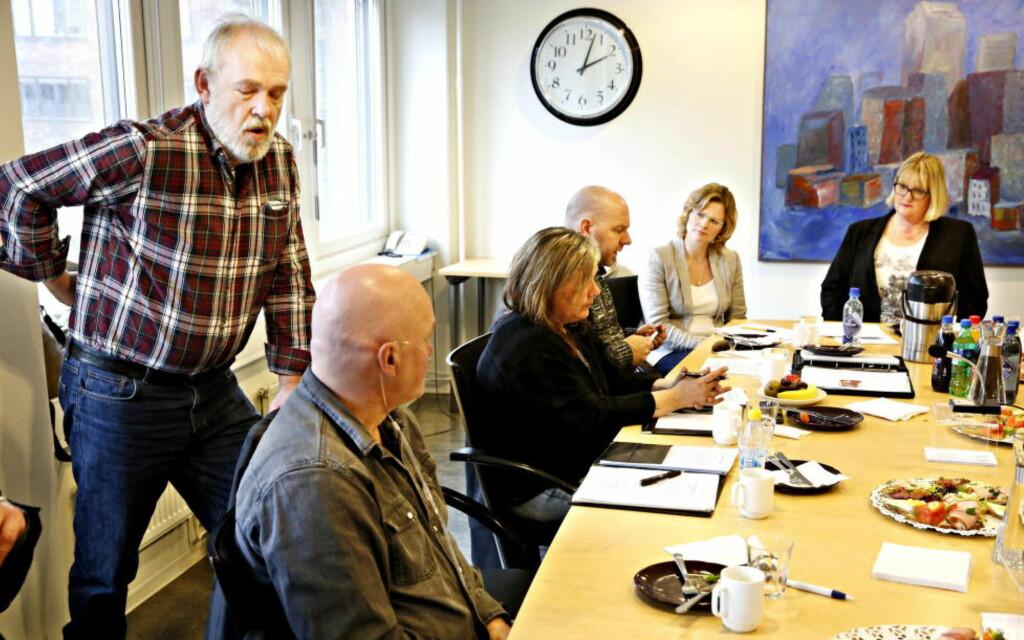 DIALOGMØTE: Morten Tollefsen må reise seg og strekke ut med smerter i ryggen under møte mellom sykehusofre og Pasientskadenemnda onsdag denne uka. Foto: Jacques Hvistendahl