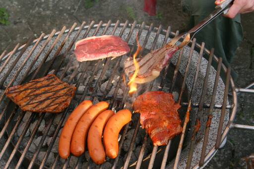 Fett og matrester fester seg på rist og grill. Gjorde du ikke jobben i høst, bør du ta renholdet nå. Foto: Colourbox.com