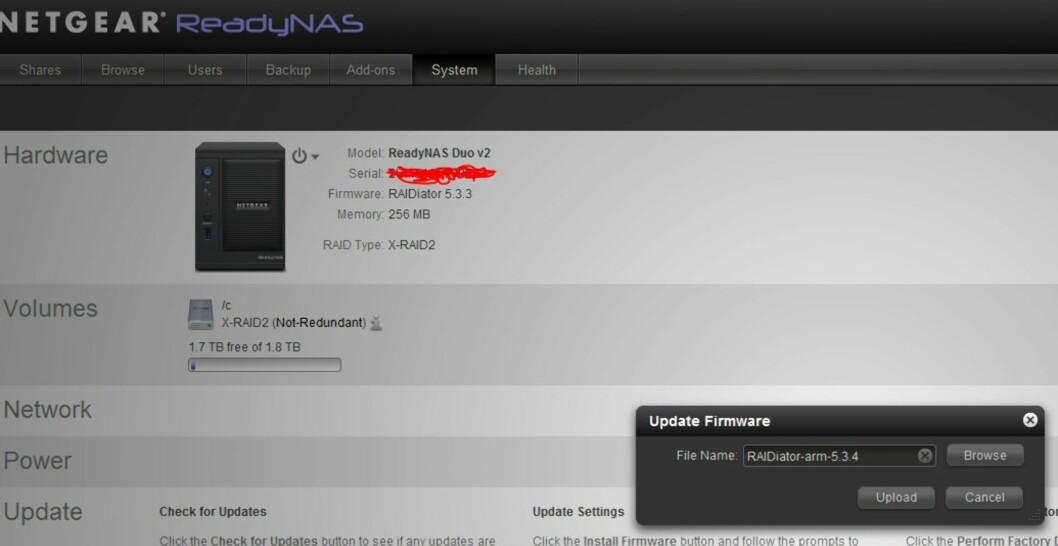 Etter å ha lastet ned oppdateringsfilen til PC-en, gikk vi inn på NAS-ens startpanel, valgte System, og trykket på Update settings. Etter å ha spesifisert plasseringen til oppdateringsfilen er det bare å trykke på Upload. Foto: Øyvind P