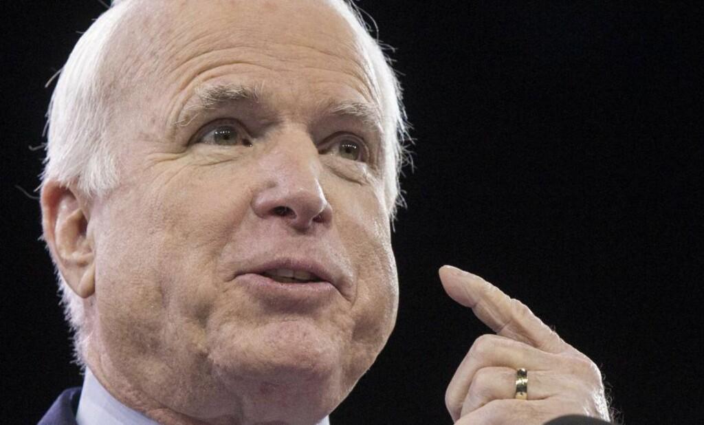 LER AV PUTIN: Den amerikanske senatoren John McCain ler av Russlands svar på USA og EUs sanksjoner. Foto: AFP Photo/Jim Watson/NTB Scanpix