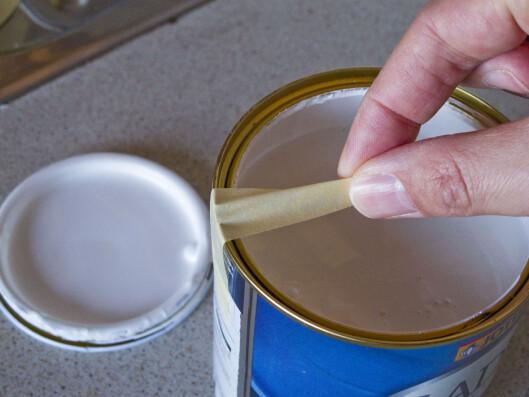 Kniper du tapen sammen på midten blir det lettere å dra av malingen. Foto: PER ERVLAND