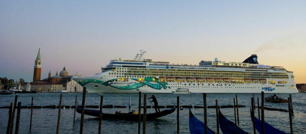 <strong> VENEZIA:</strong>  Til tider ligger de store cruiseskipene som en vegg utenfor Markusplassen. Til høyre San Giorgio Maggiore. Foto: JOHN TERJE PEDERSEN