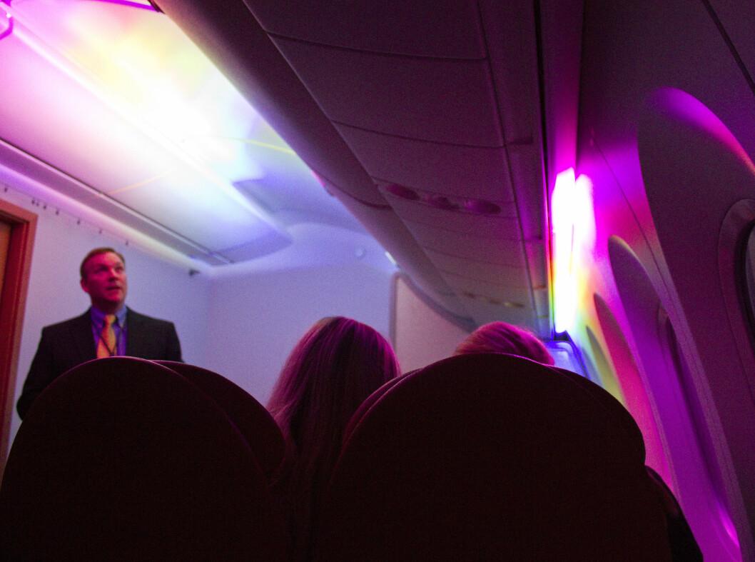 Lyset skaper definitivt stemning i flyet. Foto: Silje Ulveseth