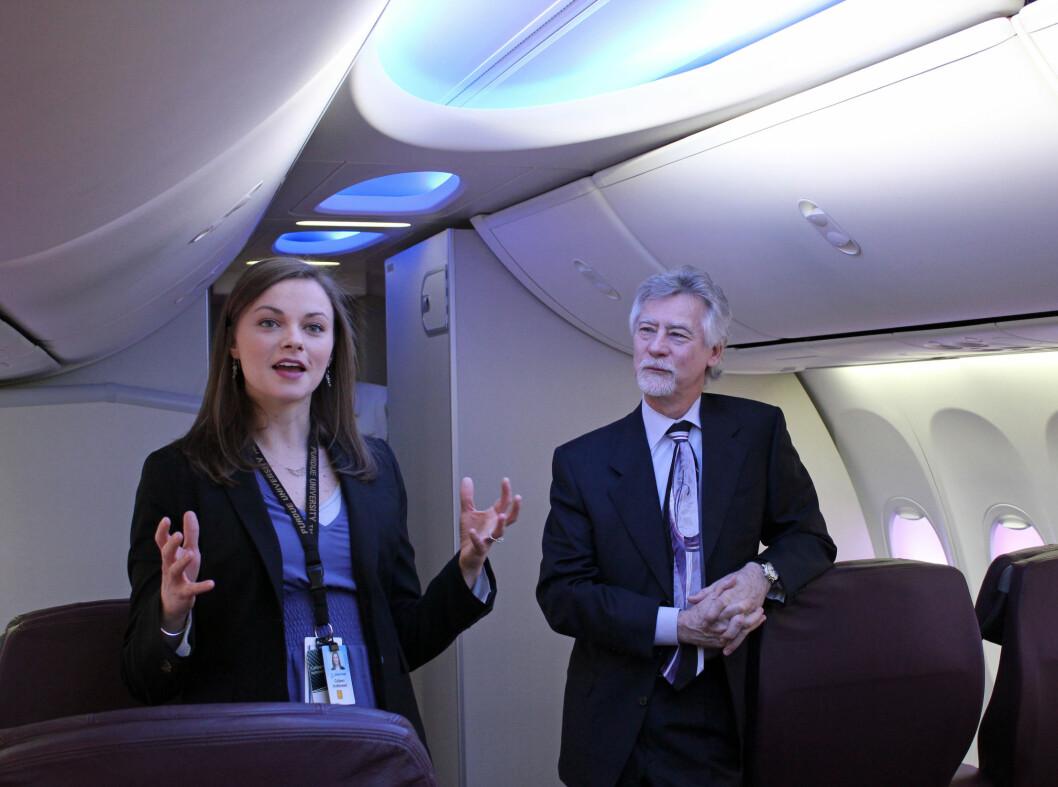 Colleen Kottlowski og Blake Emery fra Boeing forklarer hva som er nytt med flyet. Foto: Silje Ulveseth