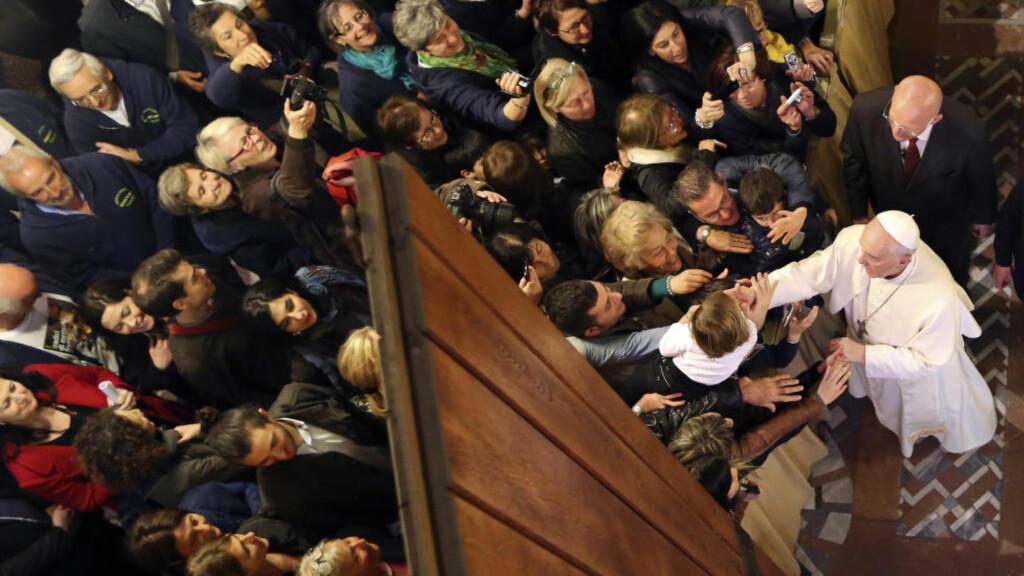 GANGSTER-BUDSKAP: Pave Frans kom fredag med et utvetydig budskap til italienske gangstere under en seremoni i Roma hvor han møtte pårørende til mennesker som er blitt drept av mafiaen. Foto: REUTERS/ALESSANDRO BIANCHI/NTB SCANPIX