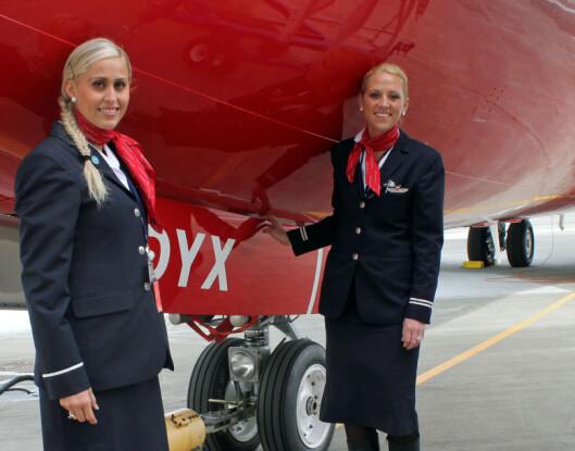<strong><b>HA PÅ SKOENE:</strong></b> Helene Cecilie Sandberg og Mona Haug er begge flyvertinner i Norwegian. De anbefaler deg å beholde skoene på når du skal på flytoalettet.  Foto: Silje Ulveseth