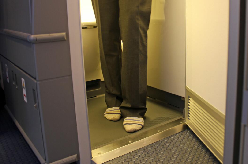 <strong><b>UHYGIENISK:</strong></b> Det kan være fristende å la skoene ligge under en lang flytur, men det er smart å ta dem på igjen når du skal på toalettet. Foto: Silje Ulveseth