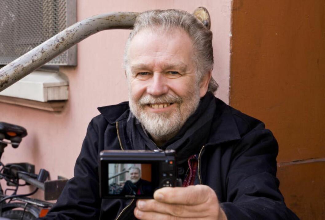 <strong>ALLSIDIG:</strong> Raymond Mosken (58) er en allsidig fotokunstner, og fotograferer alt fra jorderosjon og saueflokker sett fra lufta til amerikanske «flak», hårfine rockere og tungt tatoverte kvinner og menn. Som så mange av sine kollegaer er han bare måtelig komfortabel ved å være på linsesiden av kameraet, men tar utfordringen med fattet ro. Foto: TERJE MOSNES