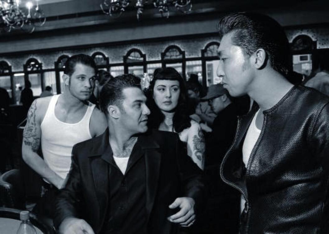 <strong>STIL:</strong>  Raymond Mosken: «Venner rundt Black Jack-bordet på Gold Coast kasino under Viva Las Vegas-festivalen i Las Vegas , USA 2001.»