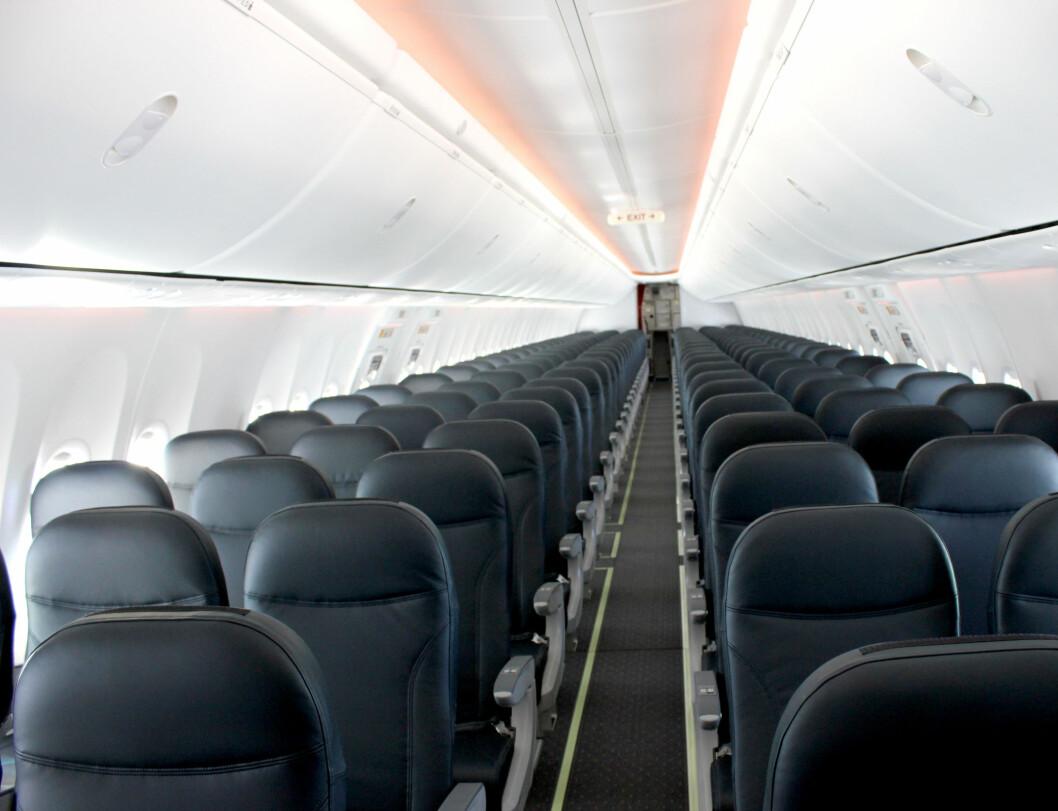 Flyet er utstyrt med Dreamliner-interiøret, SKY. Legg merke til flytakets spesielle LED-lys, som kan justeres og skape ulike stemninger i flyet.  Foto: Silje Ulveseth