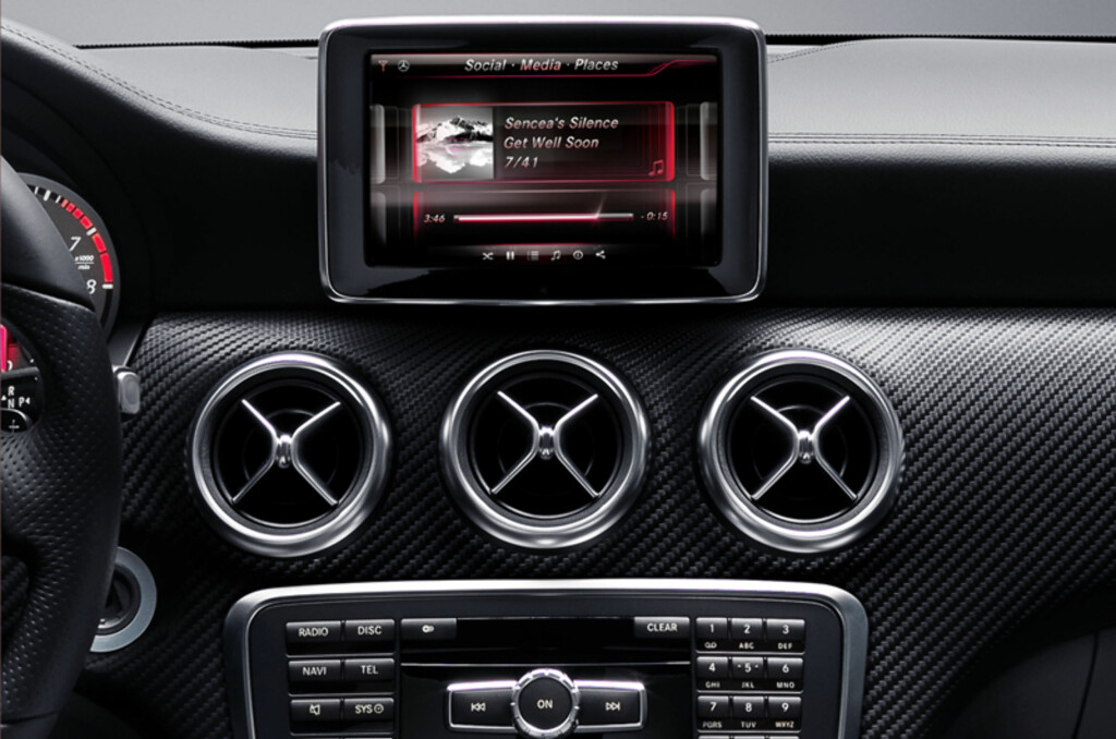 <B>NYTT OG GAMMELT:</B> Slik ser Mercedes nye og delvis iPhone-baserte informasjonssystem ut. Foreløpig er det bare nye A-klasse som får nyte godt av teknologien, men andre modeller vil få teknologien i løpet av 2012. Foto: Produsenten