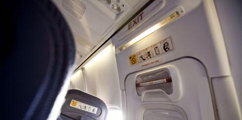 Dyrt å åpne nødutgangen i flyet