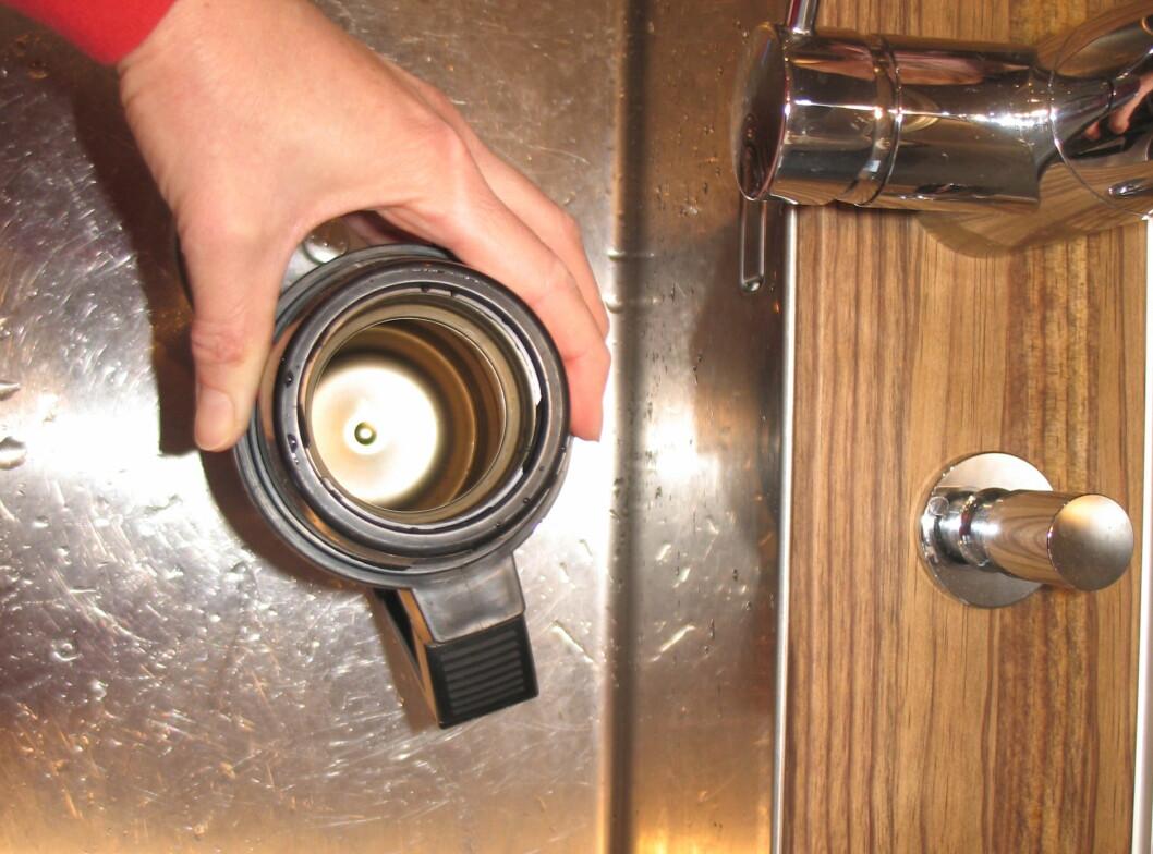<strong>Utgangspunktet:</strong>Termosen er misfarget etter kaffebruk. Foto: Kristin Sørdal