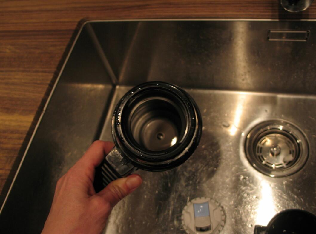 Etter fire timer med oppvaskmaskinpulver og vann er termoden gullende ren! Foto: Kristin Sørdal