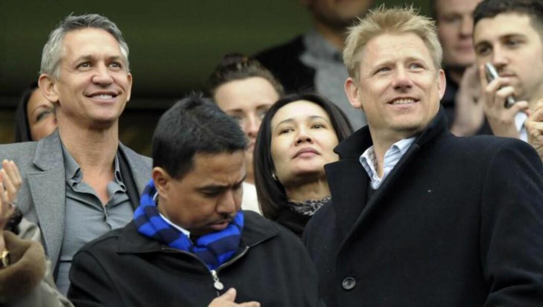 <strong>I GODT SELSKAP:</strong>  Peter Schmeichel (til høyre) er vant til å omgås fintfolk. Her fra før FA-cup-kampen mellom Chelsea og Leicester i 2012.  Gary Lineker til venstre. Foto: NTB Scanpix