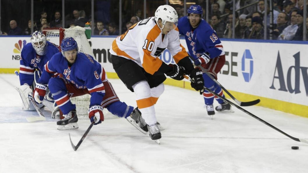 <strong>SVENSK SUKSESS:</strong> NY Rangers' svenske keeper Henrik Lundqvist (t.v.) med 30 redninger var viktig for seieren mot Philadelphia Flyers. Foto: Frank Franklin II, AP / NTB Scanpix