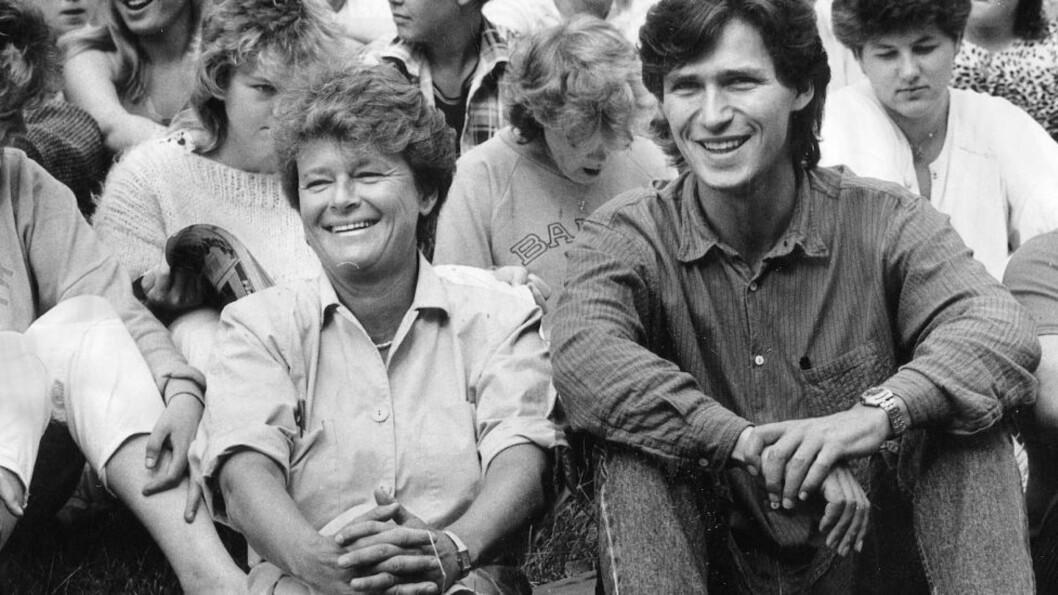 <strong>VAR AUF-LEDER:</strong> Jens Stoltenberg ble AUF-leder i februar 1985. Her på en Utøya-sommerleir sammen med Gro Harlem Brundtland året etter. Foto: Arne V. Hoem
