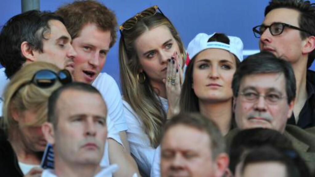 TOK MED KJÆRSTEN PÅ SKIFERIE: Det har blitt mye medieomtale etter at prins Harry tok med kjæresten Cressida Bonas på skiferie til Kasahkstan. Her ser de rugbykamp sammen. Foto: AFP Photo/Glyn Kirk/NTB Scanpix