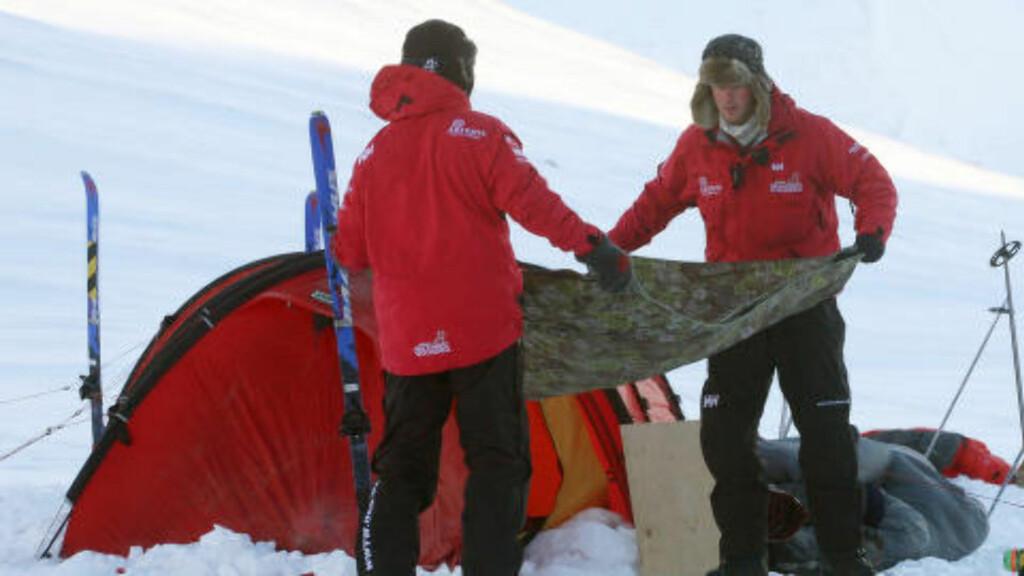SKUFFET: Inge Solheim er skuffet over medieomtalen som har kommet etter skiferien med Prins Harry (t.h). Her tar de ned et telt under ekspedisjonen til Nordpolen i 2011. Foto: Reuters/David Cheskin/NTB Scanpix