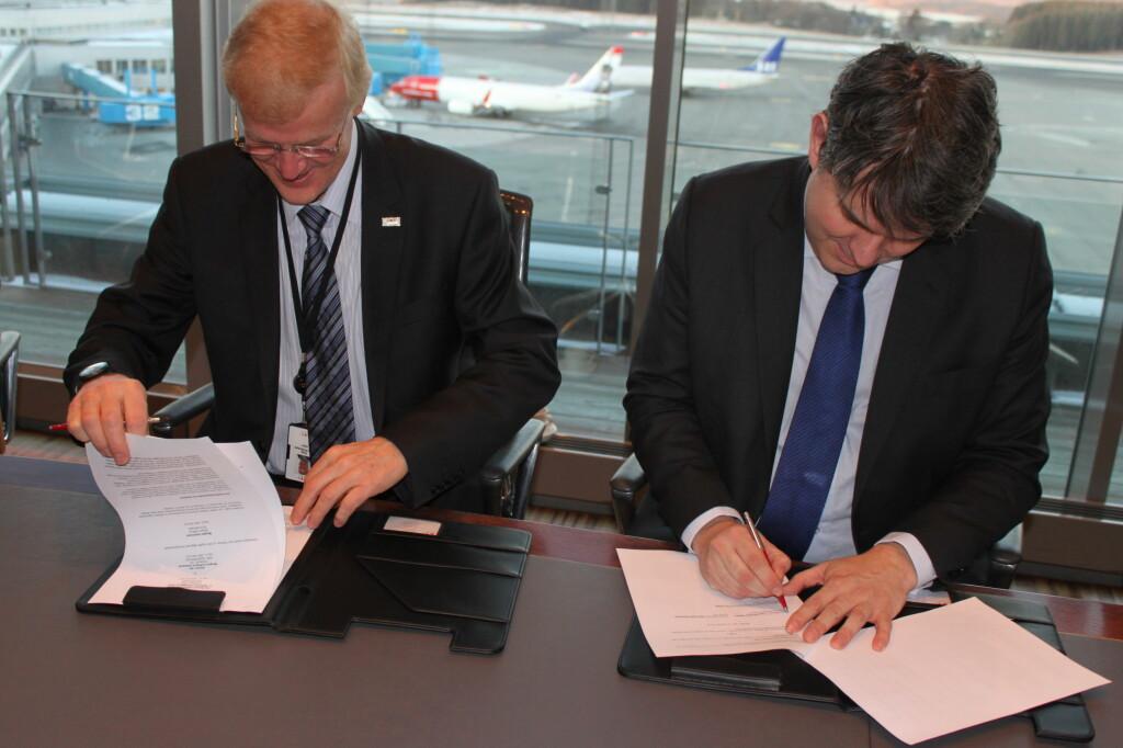 <b>SIGNERER:</b> Konsernsjef Dag Falk-Petersen og fylkeordfører Tom Christer Nilsen under avtalesigneringen.  Foto: Avinor