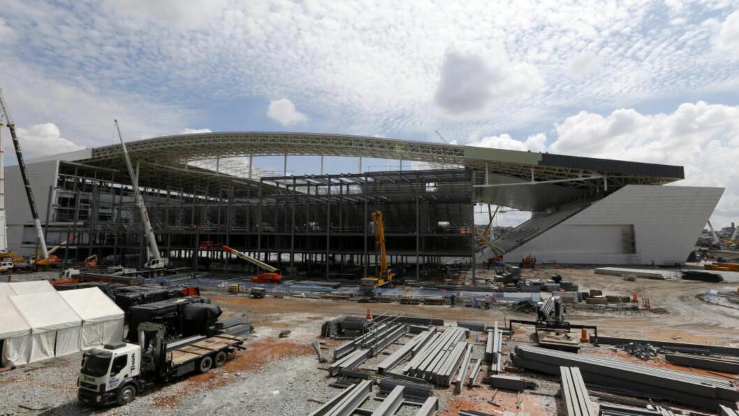 SATT PÅ VENT: Byggearbeidet på VM-stadionet i São Paulo er satt på vent etter dødsulykken sist helg.  En person døde da han falt om lag åtte meter under arbeidet med å klargjøre midlertidige sitteplasser på tribunen.  Foto: REUTERS/Paulo Whitaker/NTB Scanpix