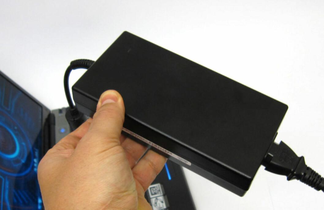 Strømforsyning på 200W er uvanlig i bærbar-sammenheng. Vekten er hele 1 kg. Foto: Bjørn Eirik Loftås