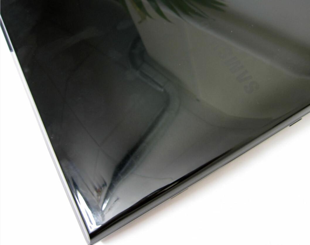 Fingeravtrykk vises svært raskt på den blanke overflaten. Foto: Bjørn Eirik Loftås