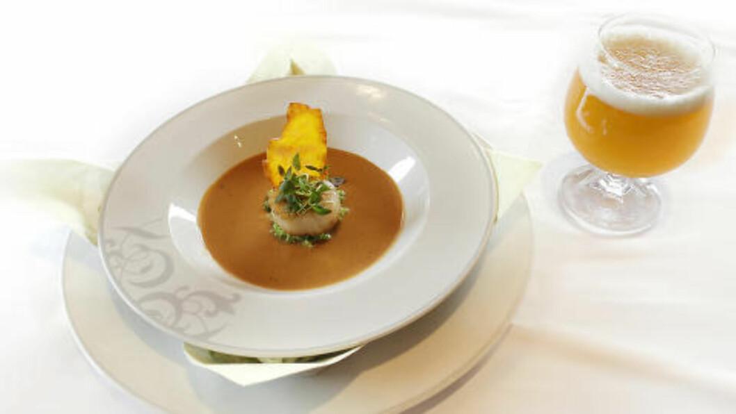 <strong>KREMET SJØKREPSSUPPE:</strong> Laget med Witbier og servert med ertepuré og kamskjell, toppet med urte-melba toast. Til drikkes Ægir Witbier, 5,5%. Foto: OLE C.H. THOMASSEN