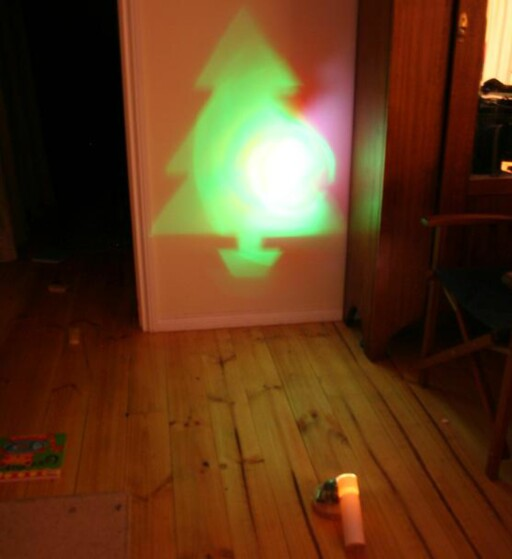 Projiser juletreet på veggen. Avstanden avgjør størrelsen. Foto: RareBeasts
