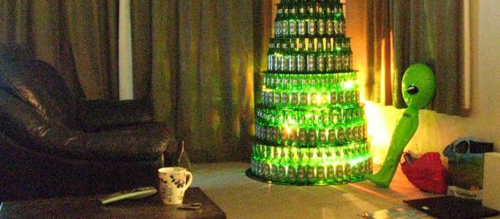 <strong>GJØR-DET-SELV?</strong> Dette juletreet laget av Heineken-flasker ble laget av en privatperson, og solgt via rubrikkannonse på New Zealand for to år siden. Og dette er det MANGE som har prøvd. Foto: Privat