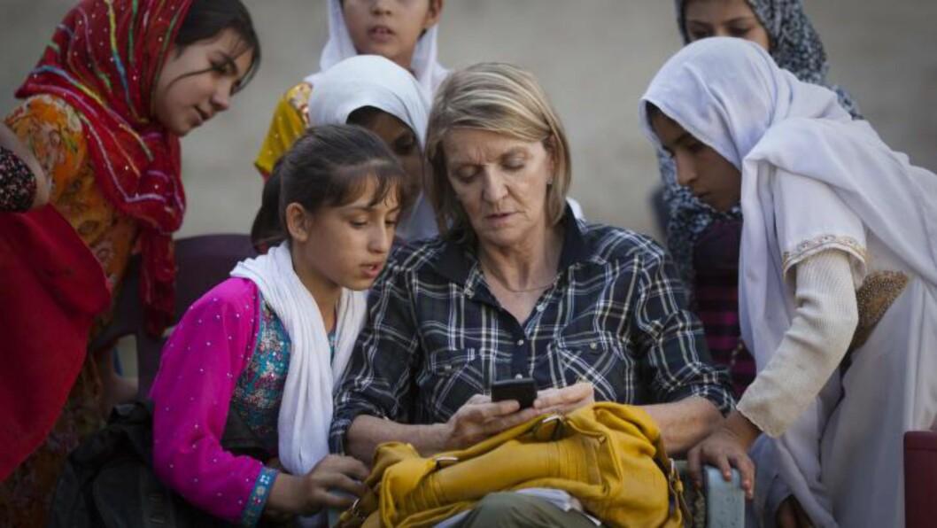 <strong>SKUTT:</strong> APs korrespondent i Afghanistan og Pakistan Kathy Gannon sammen med skolejenter i Kandahar 1. oktober 2011.  Den kanadiske journalisten er nå hardt skadet etter et angrep mot henne og journalisten som tok dette bildet, Anja Niedringhaus. Foto: Anja Niedringhaus/AP