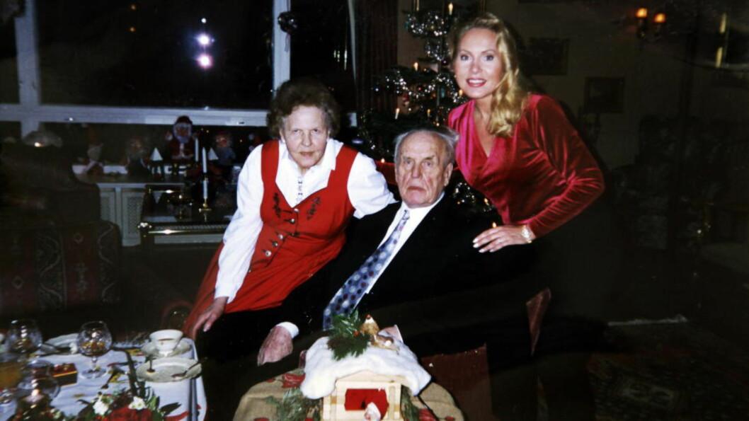 <strong> JULETRADISJON:</strong>  Mona Høiness og ekteparet Urdahl på en av de siste julaften-feiringene før Per Urdahl døde i 2002. Foto: Privat.