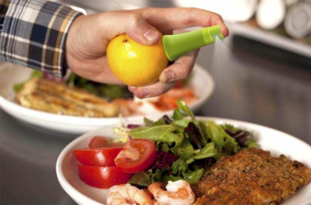 <b>Smart:</b> Liten sak gjør sitrusfrukten til en sprayflaske.  Foto: Produsenten