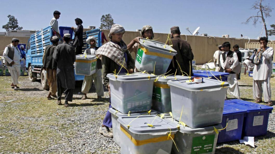 <strong>KLAR FOR OPPTELLING:</strong>  Afghanske valgmedarbeidere bærer stemmene inn til telling i Kandahar i går. Foto: Allauddin Khan/Ap/Scanpix